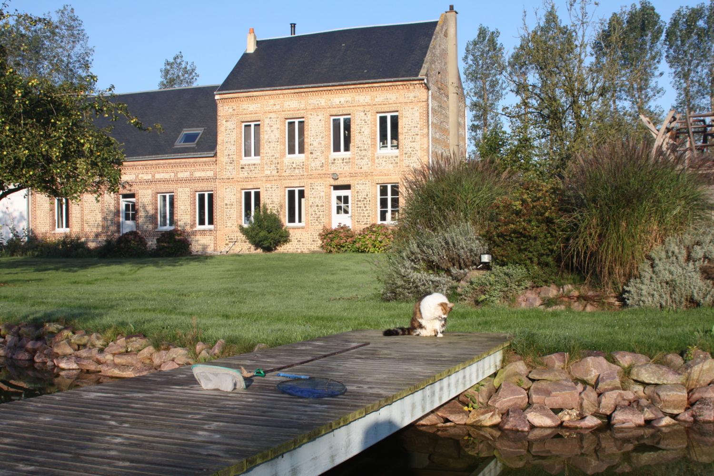 La Maison vue du plan d'eau